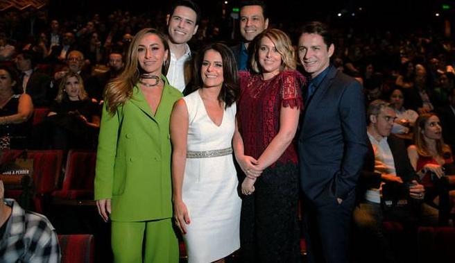 Sabrina Sato, Luiz Bacci, Adriana Araújo, Renato e Cristiane Cardoso e o ator Petrônio Gontijo a postos para o início do filme