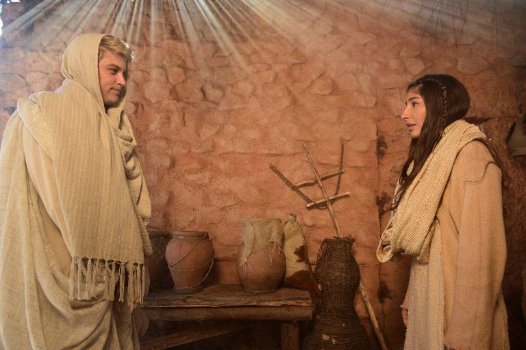 O anjo Gabriel explica para Maria que ela foi a escolhida