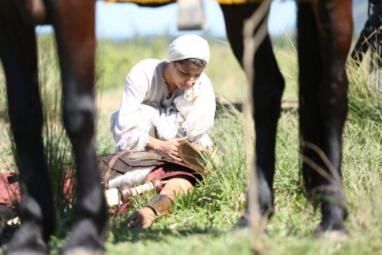 Maria ajuda o soldado romano que está ferido