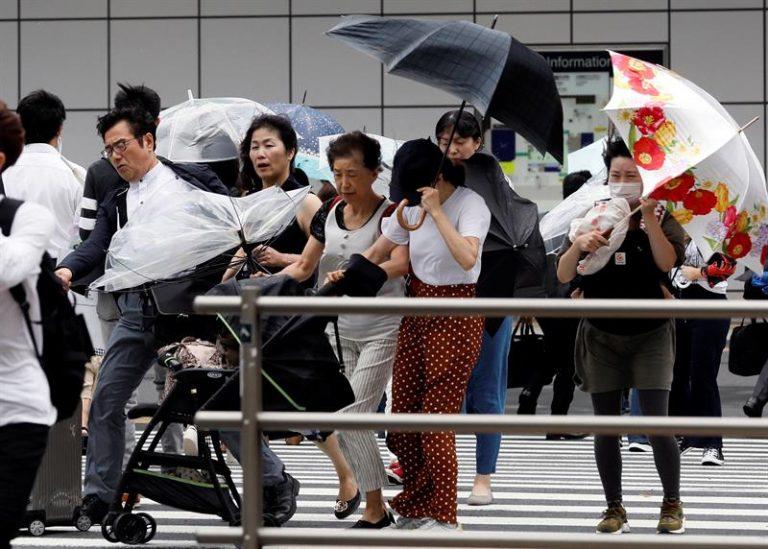 Tufão atinge Japão e deixa mortos e feridos