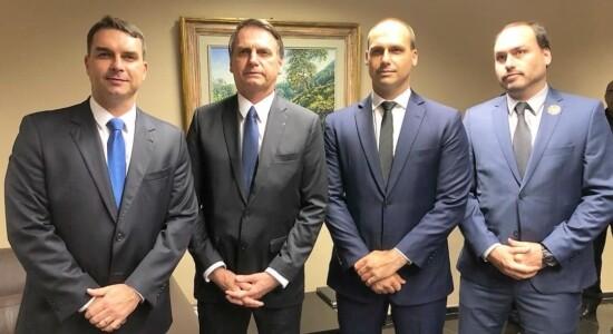 Jair Bolsonaro e o filhos Flávio, Eduardo e Carlos