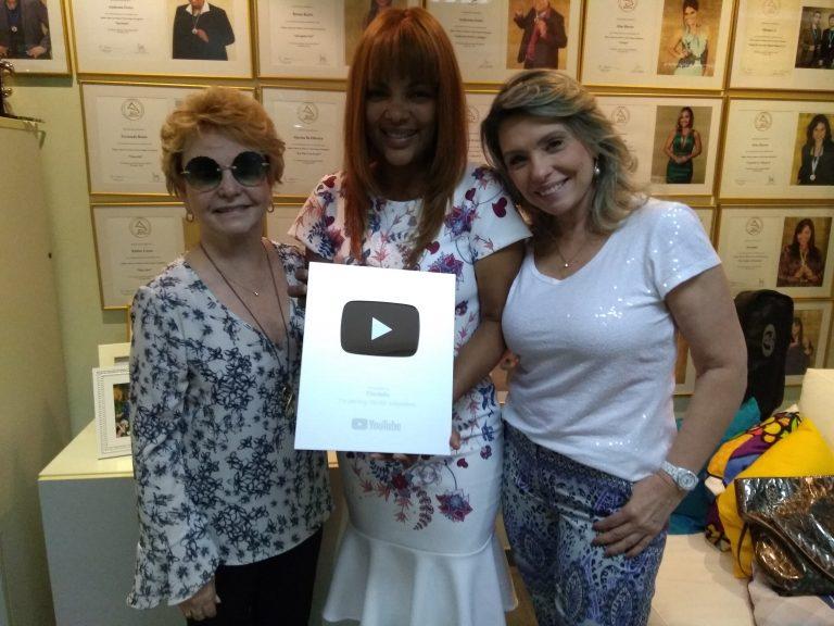 Resultado de imagem para Flordelis recebe placa de 100 mil inscritos no YouTube