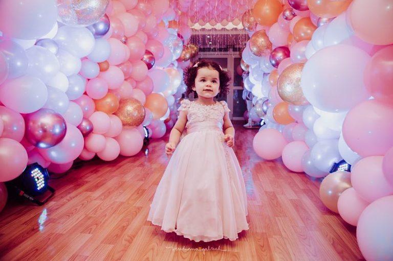 Rosa e dourado marcaram a festa de 2 anos de Antonella