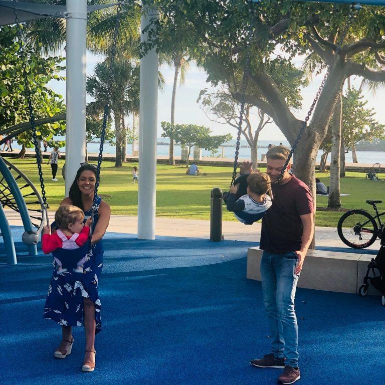 Thais Fersoza e Michel Teló curtem os EUA com os filhos