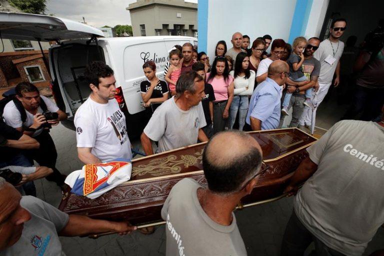 Clima de comoção durante enterro das vítimas, em Suzano