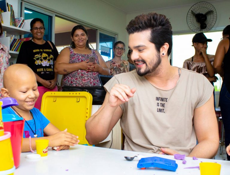 Luan Santana comemora seu aniversário com as crianças da AACC-MS
