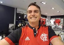 Bolsonaro veste camisa do Flamengo