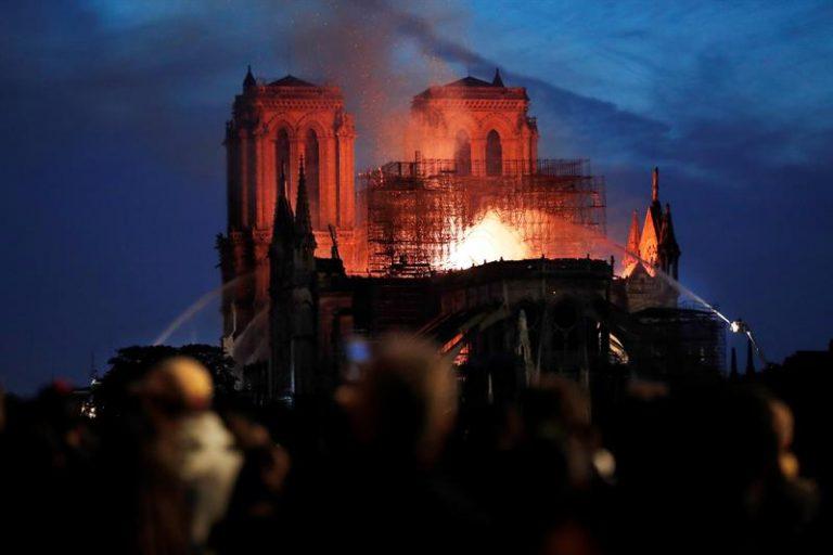 Incêndio tomou Catedral de Notre Dame, em Paris