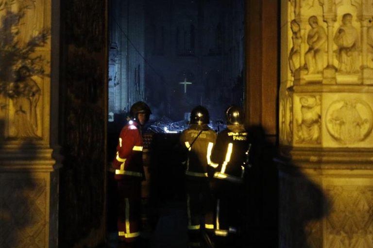 Bombeiros tentam salvar o que resta da catedral