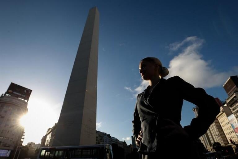 100 argentinas fantasiadas de Evita pedem volta da esquerda