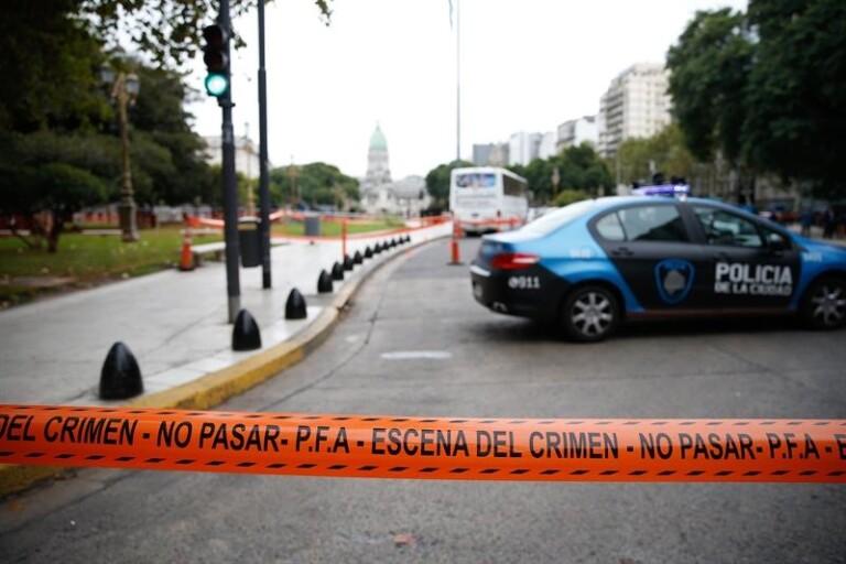 Policiais da Argentina avaliam local do crime