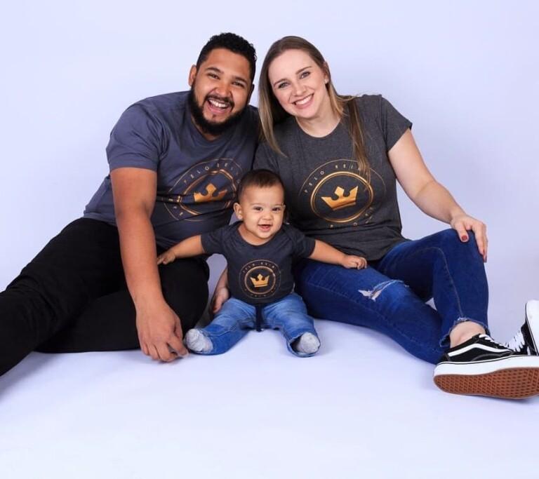 Israel Salazar com a esposa e o filho