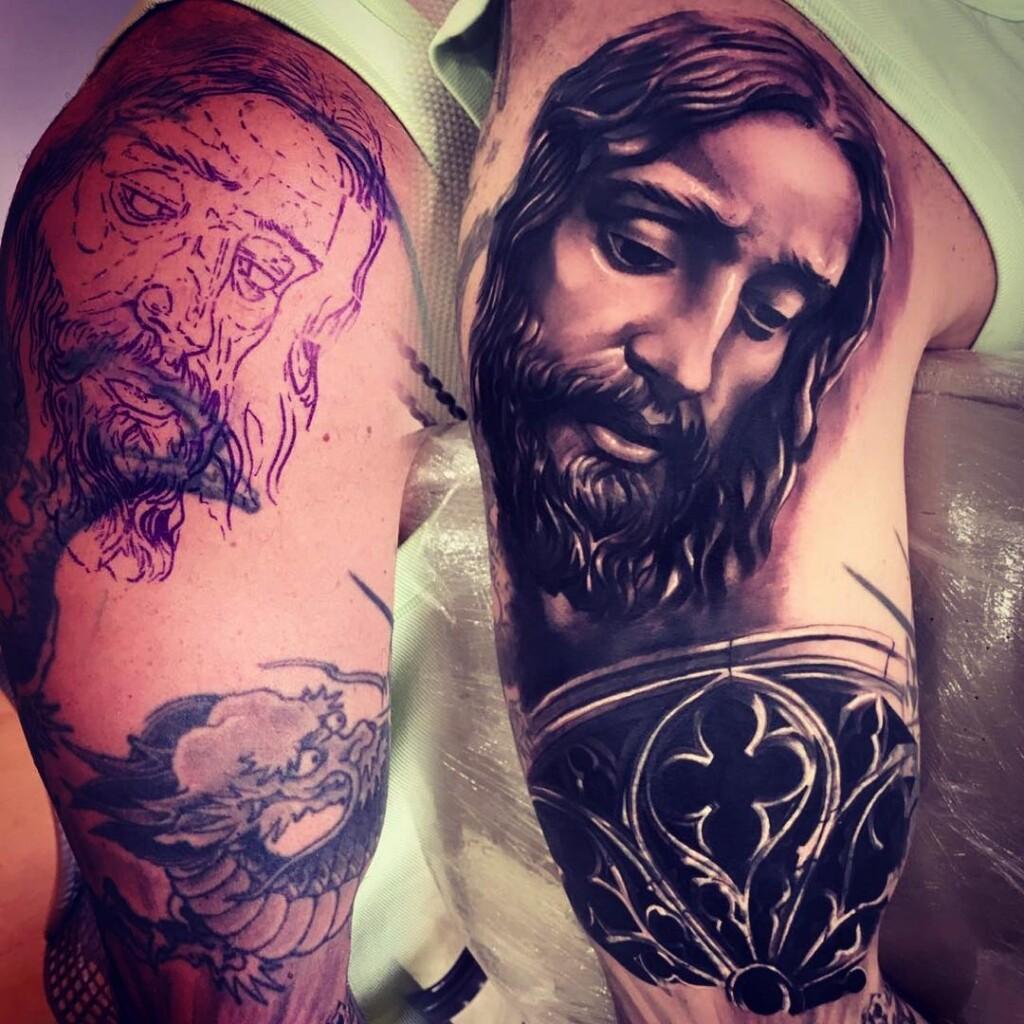 Marcos Mion Faz Tatuagem Com A Imagem De Jesus Cristo