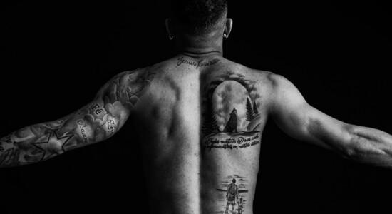 Danilo tem fé e Jesus Cristo tatuados no corpo