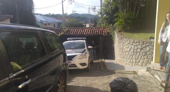 Policiais na casa de Flordelis