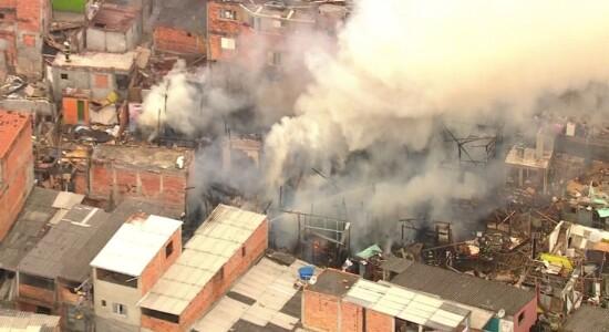 Incêndio atinge favela