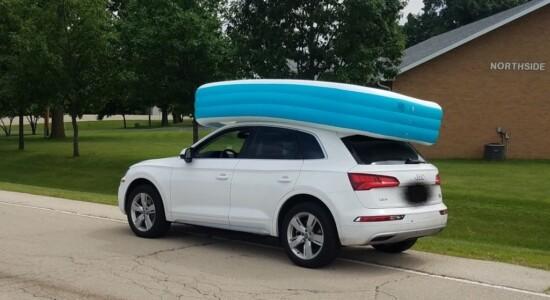 Mulher é presa por dirigir com filhos em piscina no teto do carro