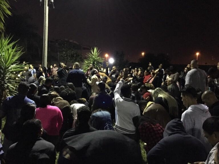 No RJ, família e amigos de cantor gospel baleado fazem culto