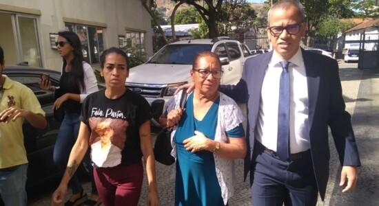 Mãe do pastor Anderson chega para depor com advogado