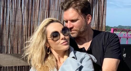 Carlos Bertolazzi fica noivo após dois meses de namoro com Ingrid Lückmann