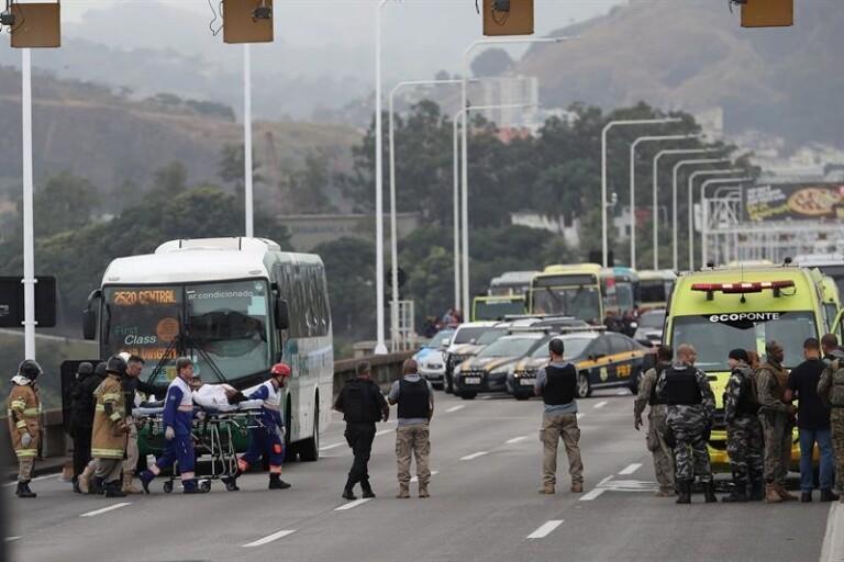 Homem é morto após fazer reféns na ponte Rio-Niterói