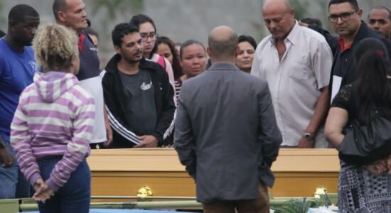 FAMILIARES DE WILLIAN AUGUSTO DA SILVA, DE 20 ANOS, NO CEMITÉRIO PARQUE DA PAZ, EM SÃO GONÇALO, NESTA QUARTA-FEIRA(21).