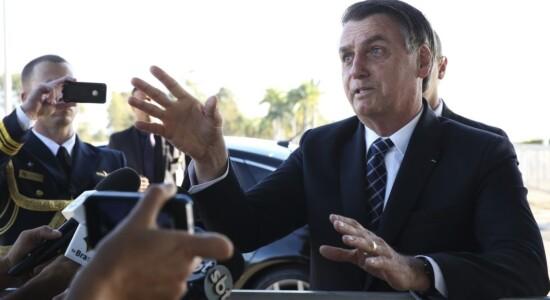 Bolsonaro fala com imprensa na saída do Alvorada