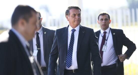 O presidente Jair Bolsonaro falou com jornalistas na saída do Palácio da Alvorada