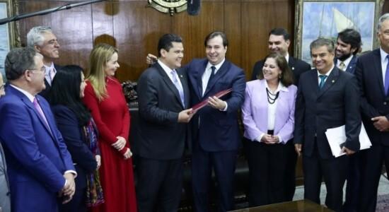 Presidente Rodrigo Maia (D), entrega o texto aprovado pela Câmara ao presidente do Senado, Davi Alcolumbre