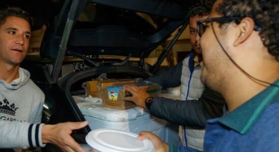 Jogador Thiago Neves distribui marmita a pessoas carentes