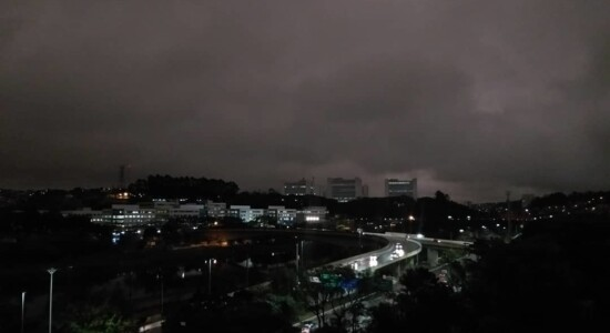 Durante a tarde, céu de São Paulo ficou escuro como se fosse noite