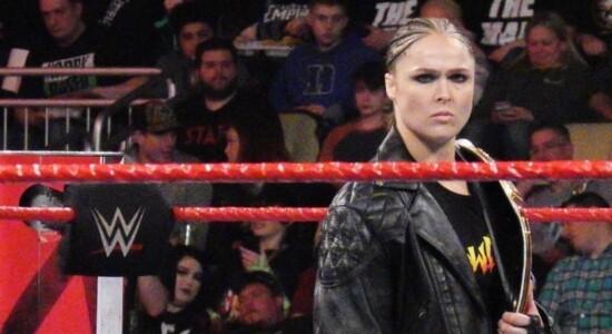 Ronda Rousey tem dedo decepado, durante gravação, e imagem choca