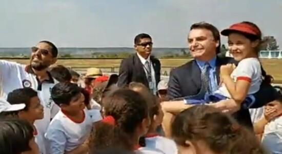 Bolsonaro pega criança no colo