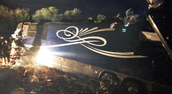 Acidente com ônibus do cantor Josh Turner deixou um morte e sete feridos