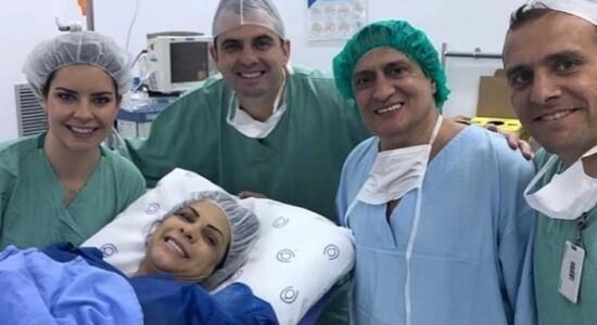 Com a esposa, durante o parto