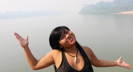 Ysani Kalapalo defende os direitos indígenas e Bolsonaro nas redes