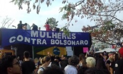 Prefeito de Guarulhos manda tirar fotos com menção a questões políticas de mostra