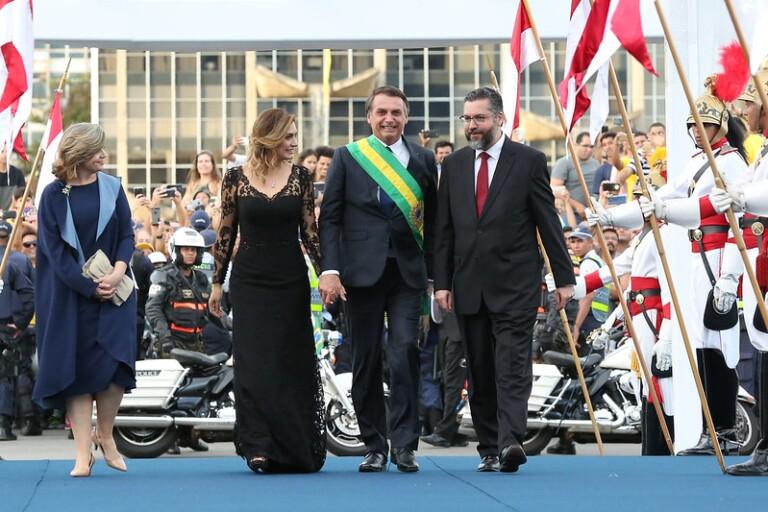 Michelle Bolsonaro doa vestido para leilão beneficente