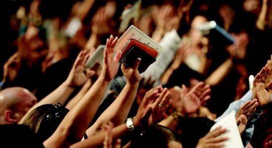 Igreja adorando