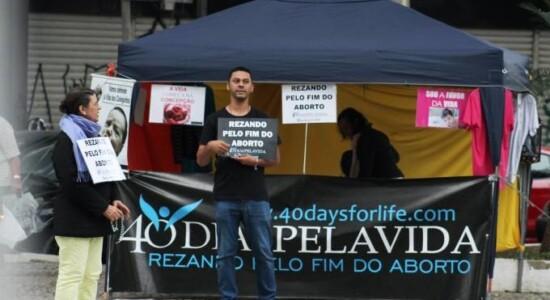 Grupo pró-vida protesta contra aborto em frente a hospital