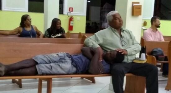Morador de rua é acolhido em igreja