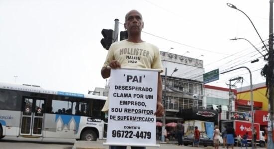 Homem consegue emprego após segurar faixa  na rua