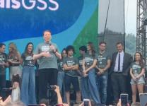 Silvio Santos discursa para funcionários