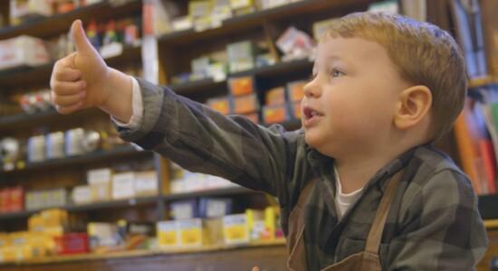 Comerciante usa filho em propaganda e viraliza