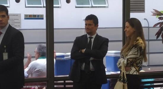 Ministro Sergio Moro espera para pagar pelo almoço