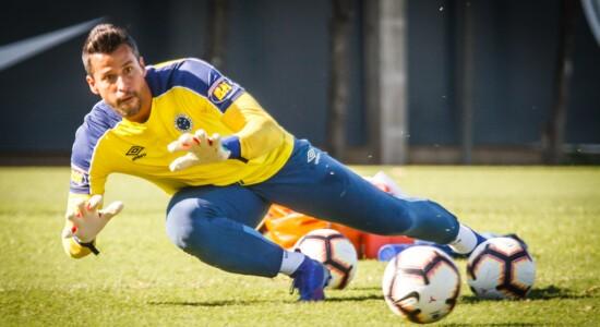 Goleiro Fábio fecha acordo e vai permanecer no Cruzeiro