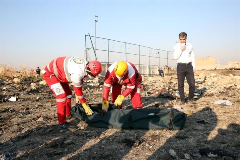 Resgate dos corpos no local do acidente
