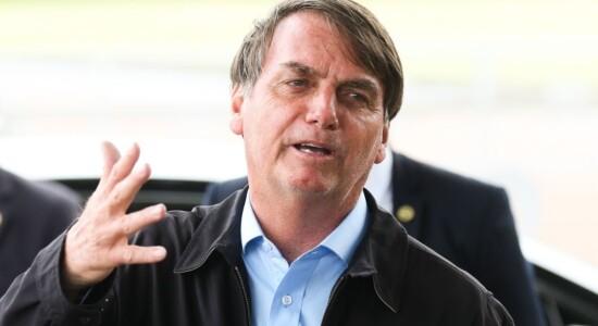 Presidente Jair Bolsonaro fala à imprensa  ao chegar no Palácio da Alvorada