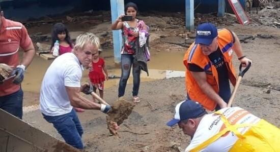 Prefeito colocou a mão na massa para ajudar a limpar cidade